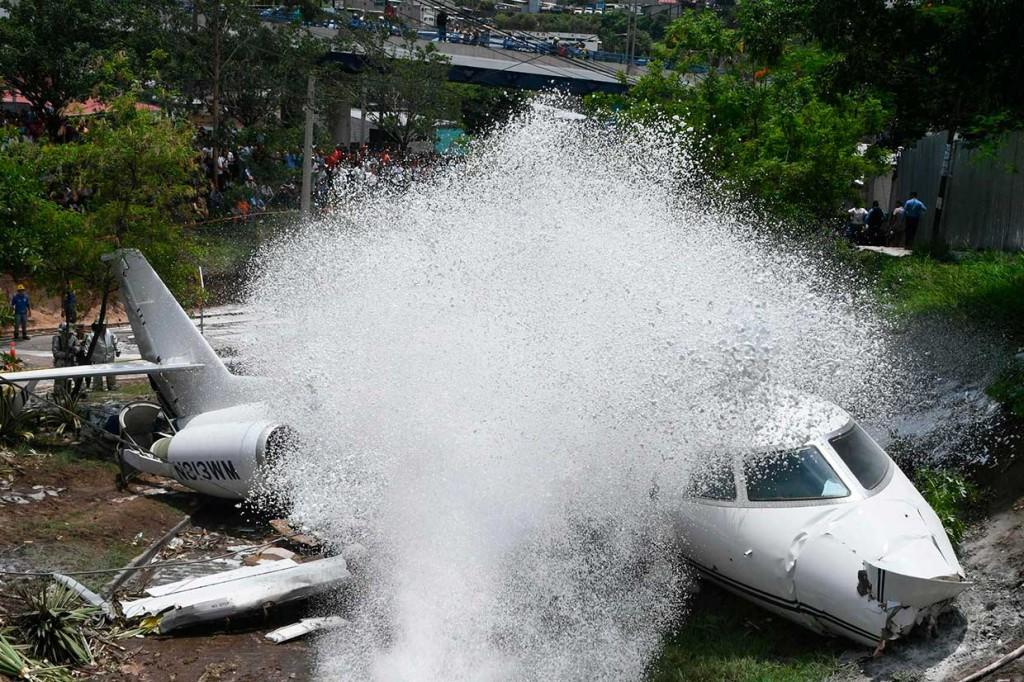 Tergelincir dari Landasan Pacu, Badan Pesawat Terbelah