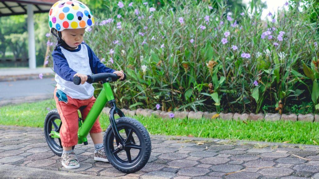 Usia 2 tahun adalah waktu ideal untuk mengajari anak latihan sepeda roda dua (Foto: Romper)