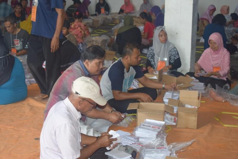Pelipatan kertas suara pilgub Jawa Timur oleh KPU Jember.