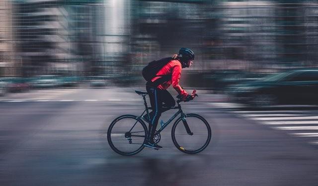 Studi yang dipublikasikan dalam jurnal Heart tersebut menemukan bahwa mereka yang jalan kaki, bersepeda atau menggunakan transportasi umum mengalami penurunan risiko kardiovaskular dan stroke. (Foto: Max Bender/Unsplash.com)