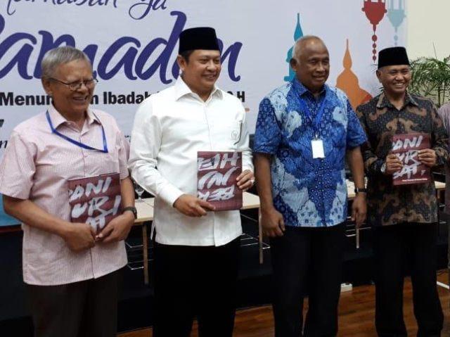 Ketua DPR Bambang Soesatyo (dua dari kiri) bersama manatan dan pimpinan KPK. Foto: Medcom.id/Juven Martua Sitompul.