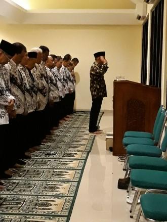 Ketika Mendikbud Imami Salat Maghrib Guru PGRI