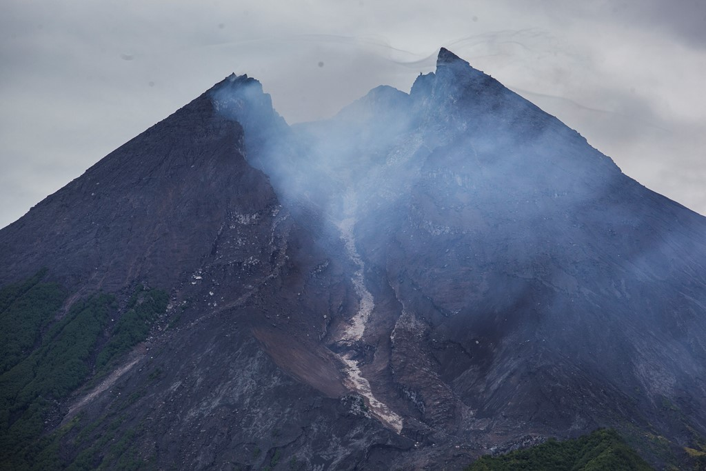 Asap sulfatara menyelimuti Gunung Merapi setelah meletus freatik. (ANT/Sigid Kurniawan)