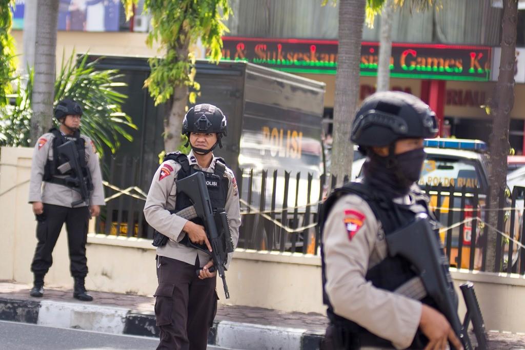 Sejumlah petugas kepolisian bersiaga pascaterjadi penyerangan di Polda Riau, Pekanbaru, Riau. (Foto: ANTARA/FB Anggoro)