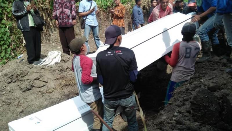 pemakaman tiga jenazah terduga teroris di Surabaya