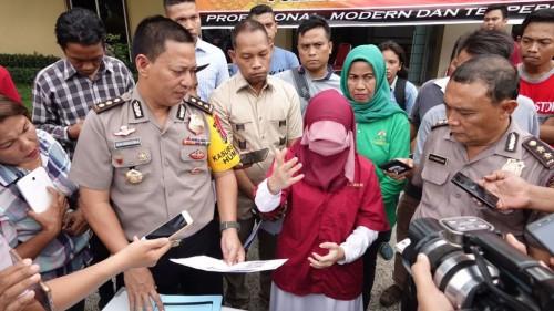 Dosen USU (baju merah) saat ditangkap Polda Sumut
