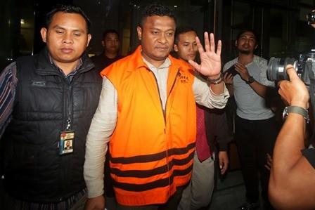 Bupati Buton Selatan Agus Feisal Hidayat (AFH) mengenakan rompi tahanan KPK. ANTARA FOTO/Rivan Awal