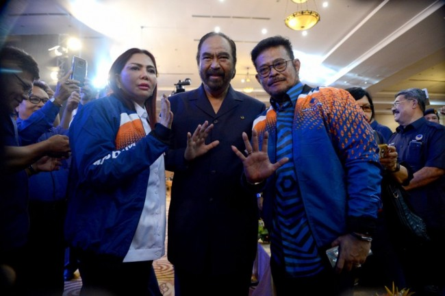 Ketum Partai NasDem Surya Paloh (tengah) bersama Gubernur Sulsel Syahrul Yasin Limpo (kanan) dan Bupati Minahasa Utara Vonny Anneke Panambunan. Foto: Medcom.id/Arga Sumantri.