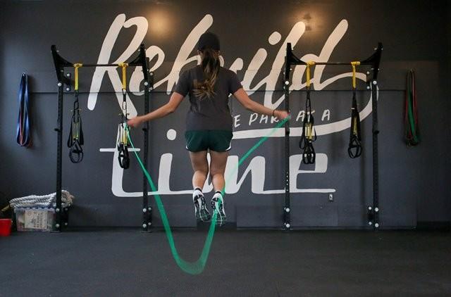 Latihan berat, yaitu aktivitas apa pun yang cukup lama sehingga membuat berkeringat dan meningkatkan detak jantung, kemungkinan juga akan membantu meningkatkan massa tulang. (Foto: Element5 Digital/Unsplash.com)