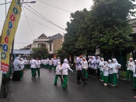 Siswa siswi hujan-hujanan menunggu Anies/Medcom.id/Nur Azizah