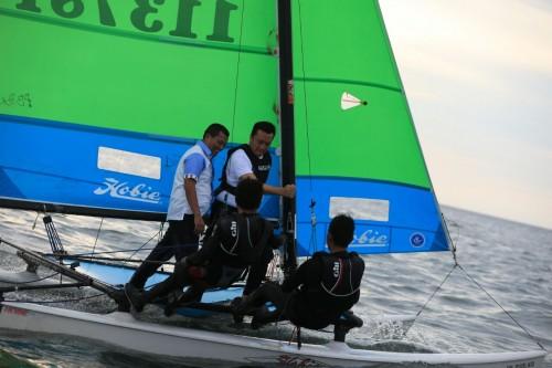 Menpora ikut menjajal Kapal Hobie 16 Katarman bersama dua atlet.