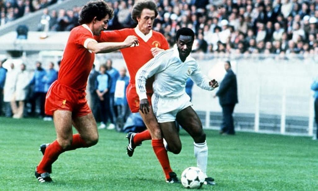 Winger Real Madrid Laurie Cunningham ketika melewati pengawalan Graeme Souness (kiri) dan Phil Neal di final European Cup 1981. (Foto: Colorsport/Rex)
