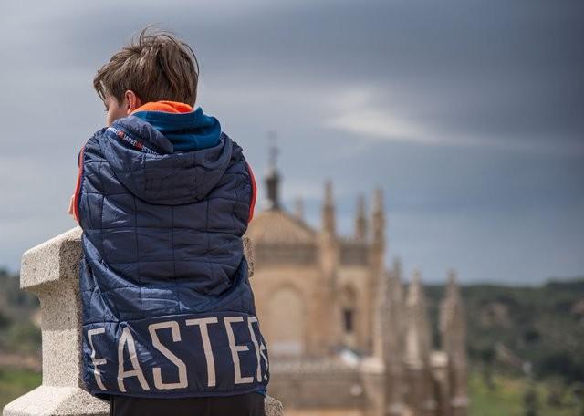 Psikolog keluarga dan anak Vera Itabiliana Hadiwidjojo mengungkapkan bahwa anak yang mengalami tekanan cenderung akan menunjukkan beberapa perubahan perilaku. (Foto: Davor Denkovski/Unsplash.com)