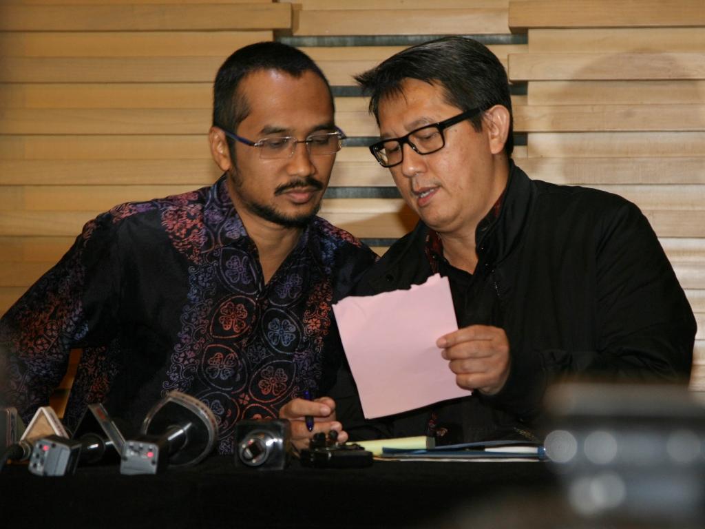 Ketua Komisi Pemberantasan Korupsi Abraham Samad (tengah) dida mpingi Deputi Penindakan KPK Warih Sadono (kanan). (Foto: MI/Mohamad Irfan).