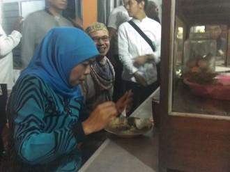 Khofifah Santap Rawon saat Sahur di Malang