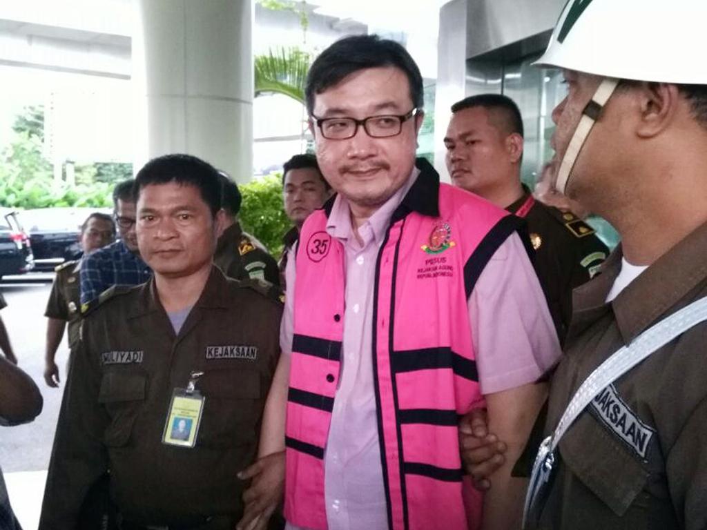 Direktur PT Tirta Amarta Bottling Company (TAB) Rony Tedy (tengah) dikawal petugas saat akan ditahan di Rutan Salemba, di Gedung Kejaksaan Agung, Jakarta. (Foto: Dokumen Puspenkum Kejagung).