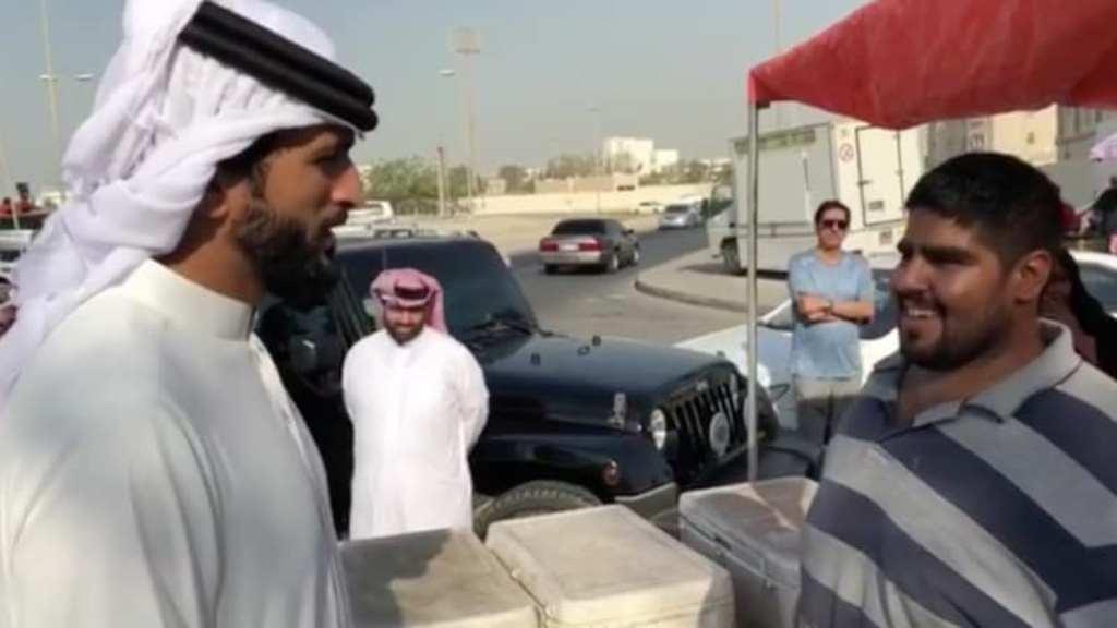 Pangeran Bahrain Shaikh Nasser bin Hamad Al Khalifa (kiri) bertemu dengan nelayan. (Foto: Instagram).