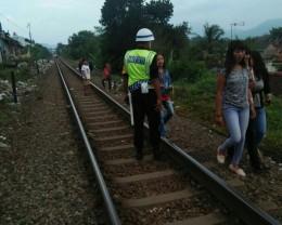 KAI Larang Masyarakat <i>Ngabuburit</i> di Jalur Kereta