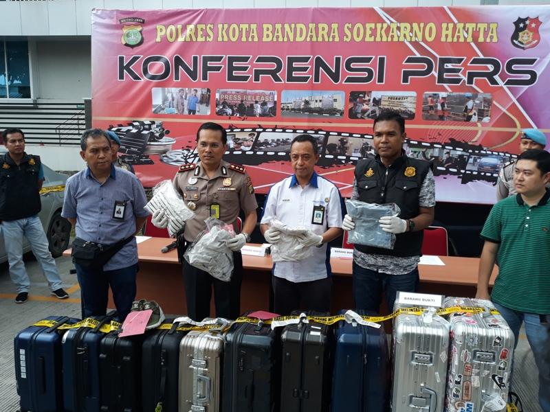 Kapolresta Bandara Soekarno-Hatta AKBP Viktor Togi Tambunan menunjukkan barang bukti koper yang diambil dicuri pelaku di tempat pengambilan bagasi (conveyor belt) Terminal 3 Bandara Soekarno-Hatta.