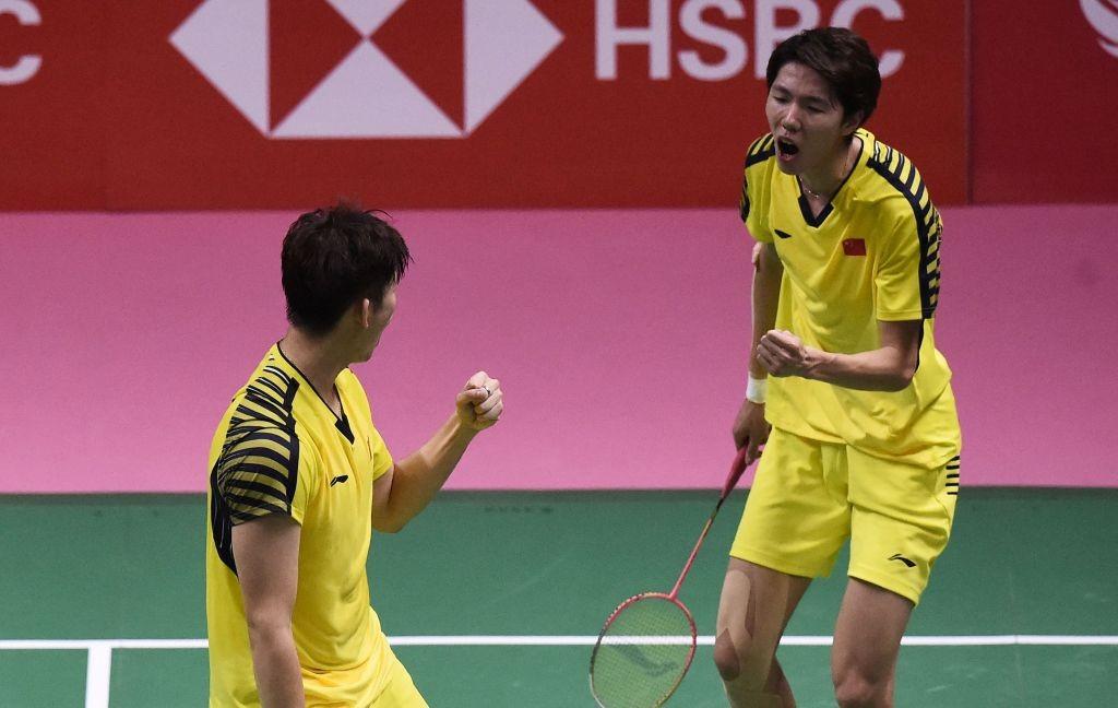 Li Junhui/Liu Yuchen sukses membawa Tiongkok juara Thomas Cup 2018 setelah mengalahkan pasangan Jepang Keigo Sonoda/Yuta Watanabe (Foto: AFP/Lillian Suwanrumpha)