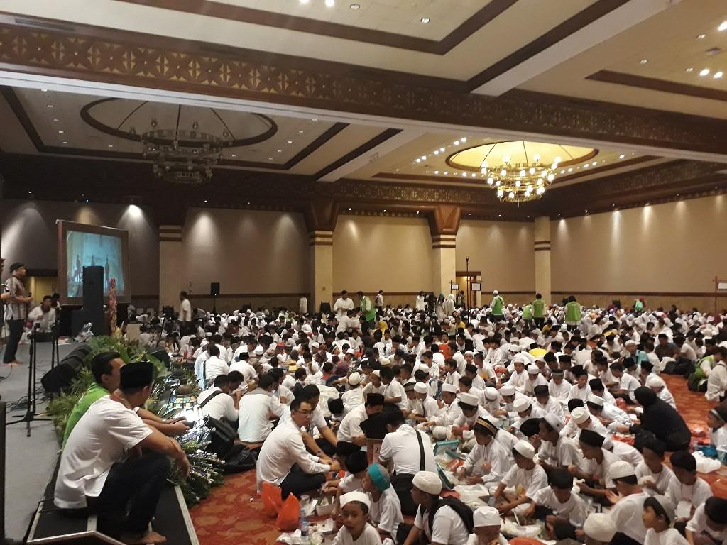 Gubernur DKI Jakarta Anies Baswedan memenuhi undangan berbuka puasa bersama 1.650 anak yatim - Medcom.id/M Sholahadhin Azhar.
