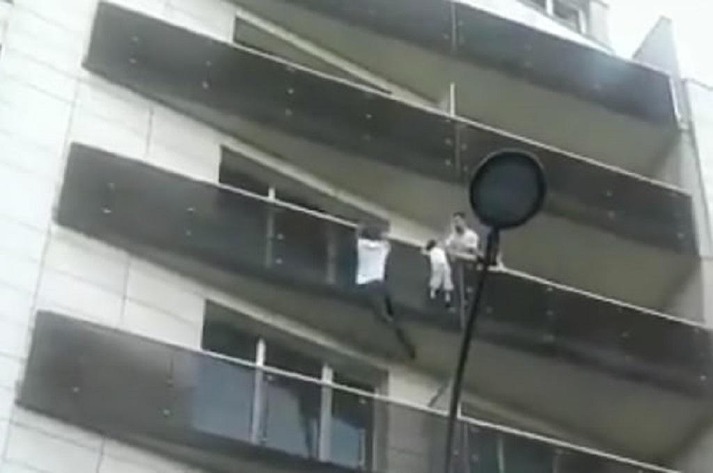 Seorang pemuda memanjat gedung dengan cepat dan menyelamatkan bocah berusia empat tahun di Paris, Prancis, Sabtu 26 Mei 2018. (Foto: Twitter/Adil Brown)