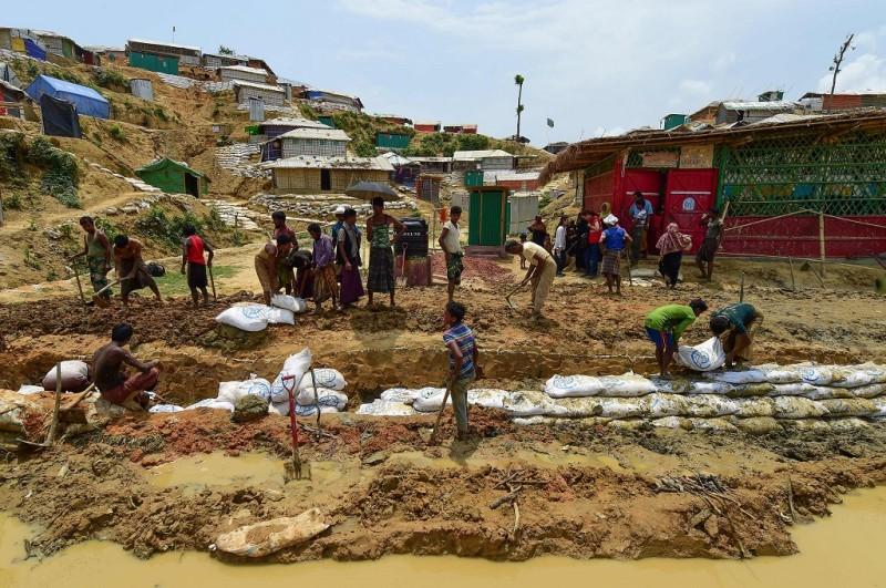 Pengungsi Rohingya membuat kanal menjelang musim hujan di kamp pengungsian Ukhia, Bangladesh, 8 Mei 2018. (Foto: AFP/MUNIR UZ ZAMAN)
