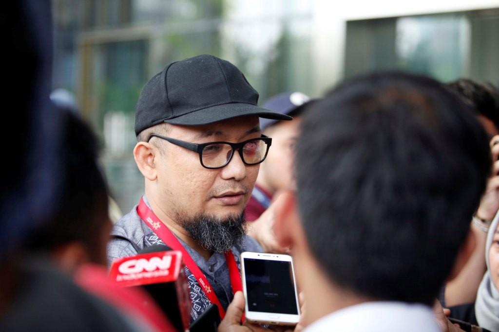 Penyidik KPK Novel Baswedan menjawab pertanyaan wartawan ketika tiba di Gedung KPK, Jakarta. Foto: MI/Rommy Pujianto.