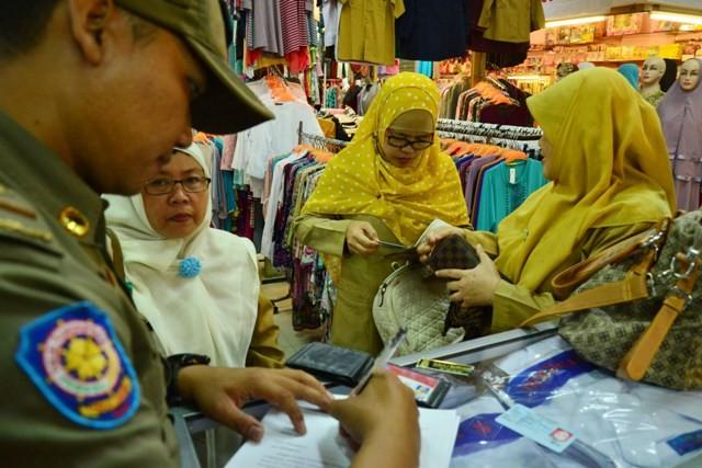 Ilsutrasi. PNS Pemkot Bekasi di salah satu pusat perbelanjaan di Kota Bekasi, Jawa Barat. Foto: Antara/Ivan Pramana.
