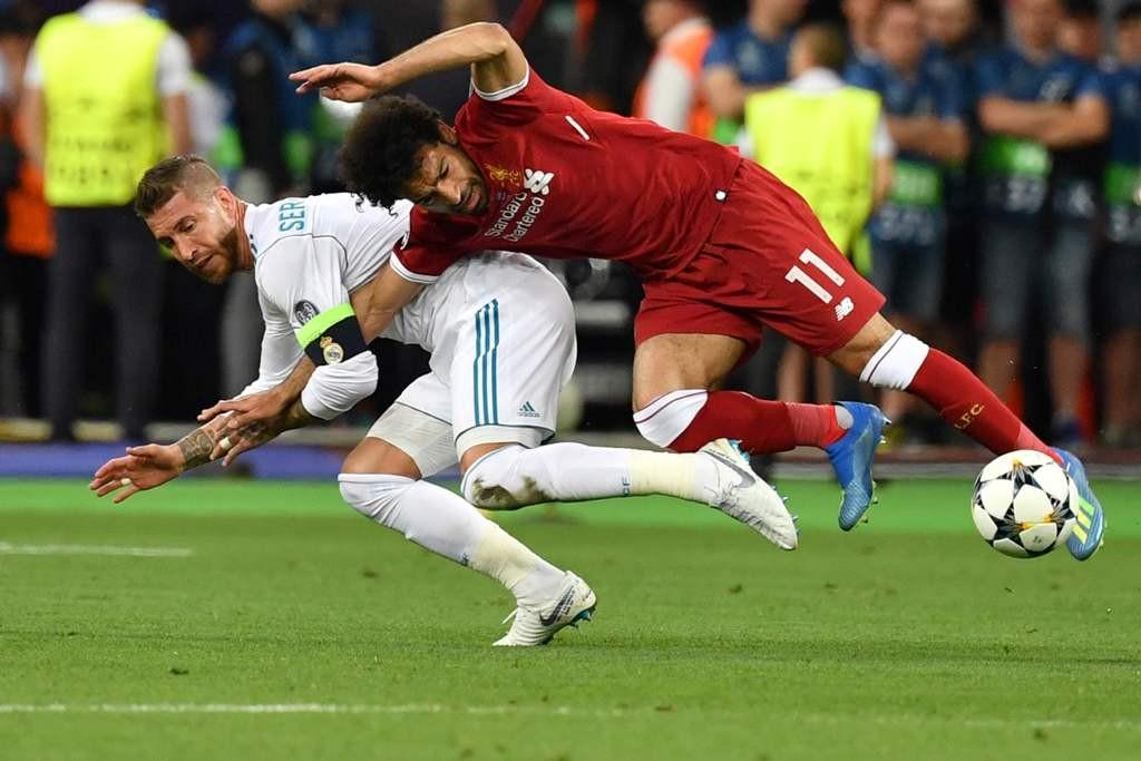 Ramos menjatuhkan Salah. (Foto: AFP PHOTO / GENYA SAVILOV)