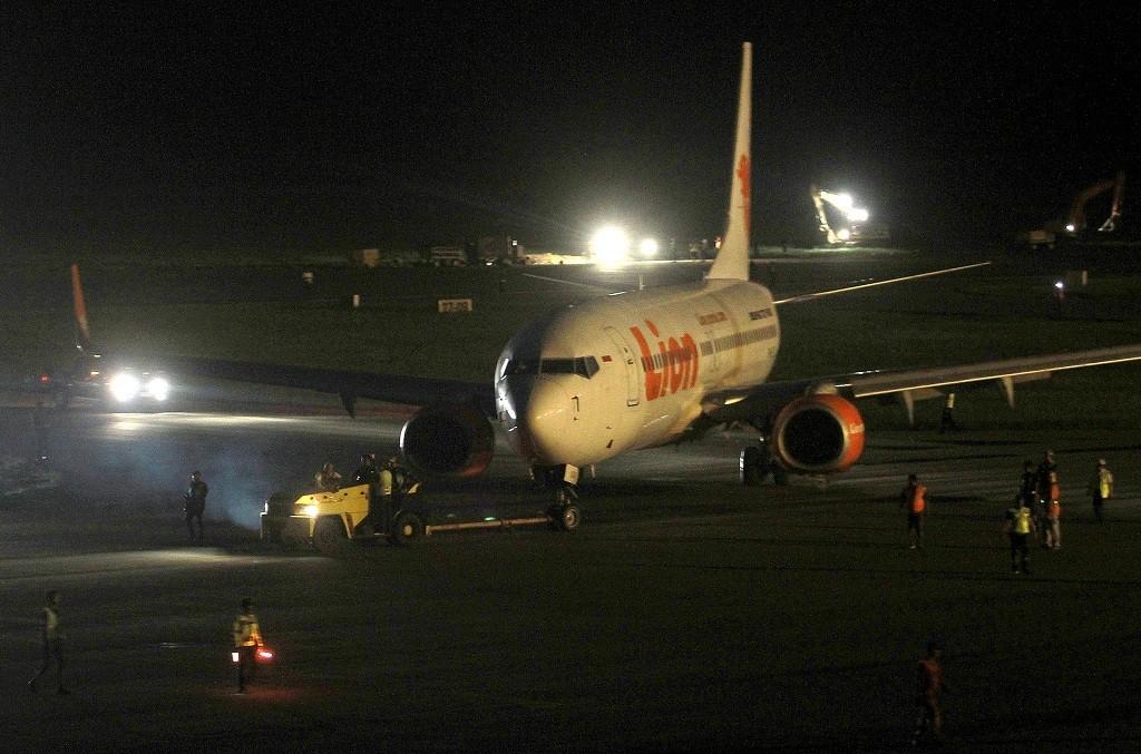 Ilustrasi pesawat maskapai Lion Air ditarik menuju apron setelah berhasil dievakuasi di Bandara Djalaludin, Kabupaten Gorontalo, Gorontalo, Rabu (2/5), dini hari. Proses evakuasi oleh tim gabungan dilakukan sejak Selasa (1/5) siang. ANTARA FOTO/Adiwinata