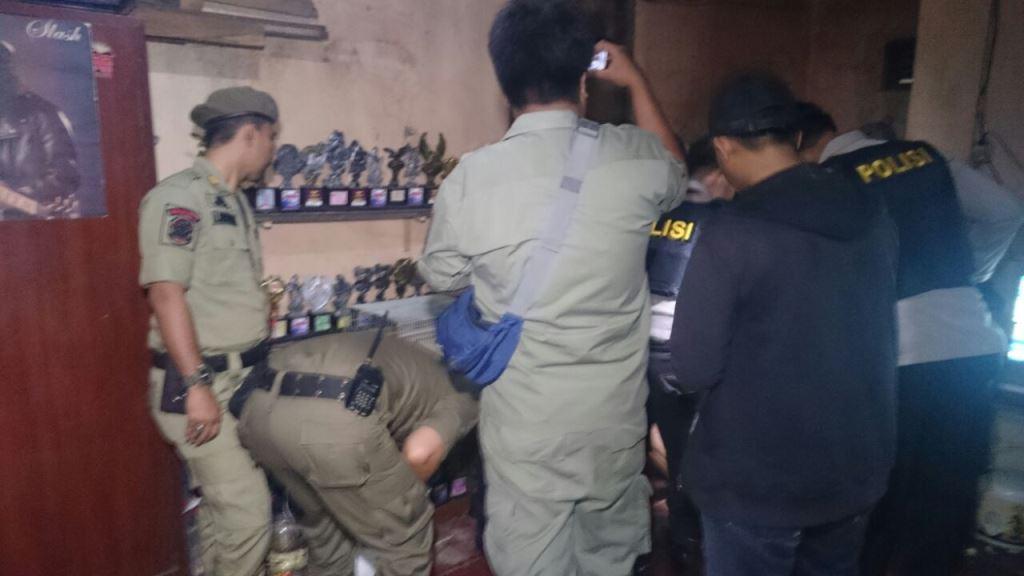 Petugas gabungan menggerebek rumah industri miras oplosan di Bekasi, Jawa Barat, Selasa dini hari, 29 Mei 2081. (Medcom/Antonio)