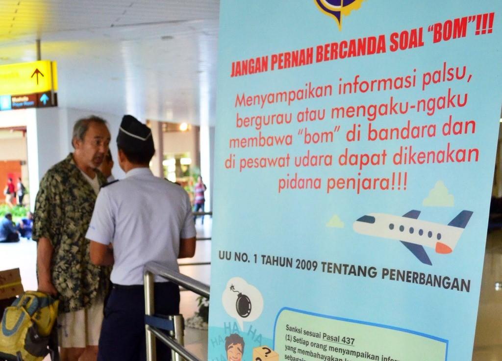 engumuman larangan bercanda tentang bom terpampang di pintu masuk keberangkatan domestik Bandara Ngurah Rai, Denpasar, Bali. (Foto: ANTARA/Fikri Yusuf)