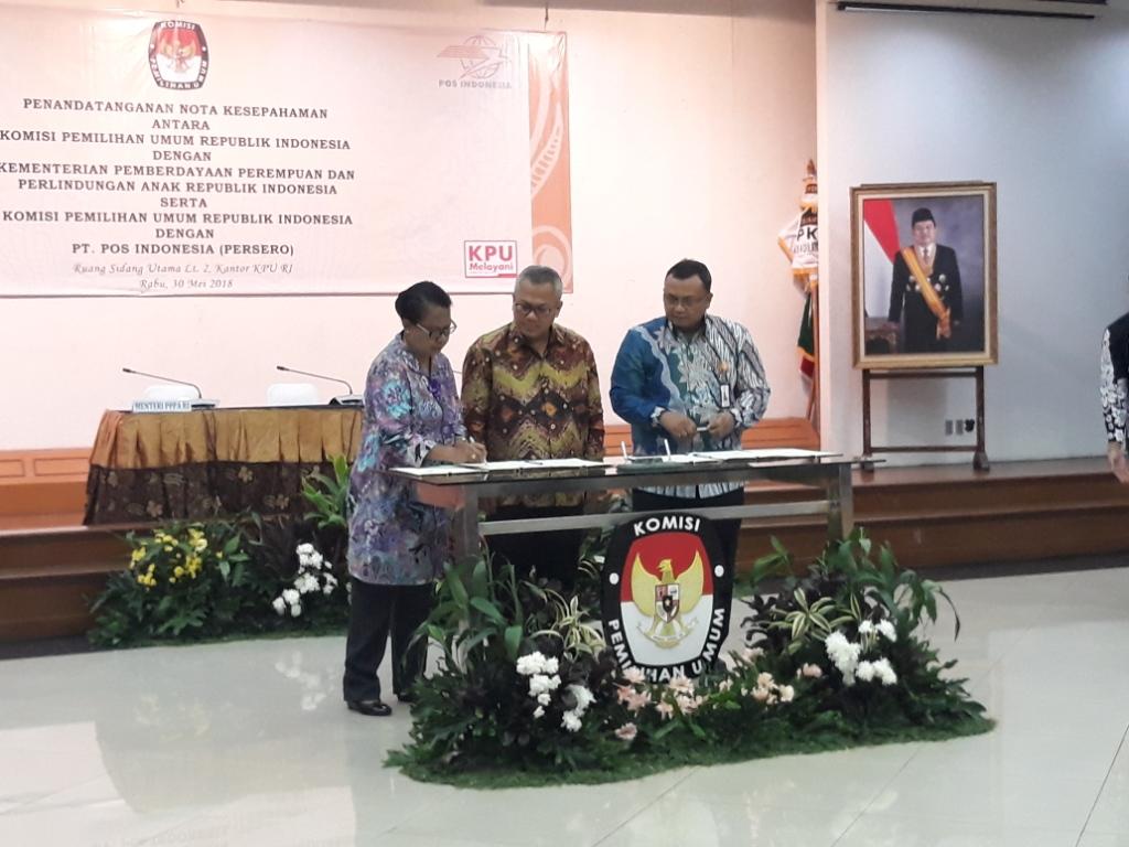 Ketua KPU Arief Budiman meneken MoU dengan Menteri PPPA Yohana Yembise. Foto: Medcom.id/Sunnaholomi Halakrispen.