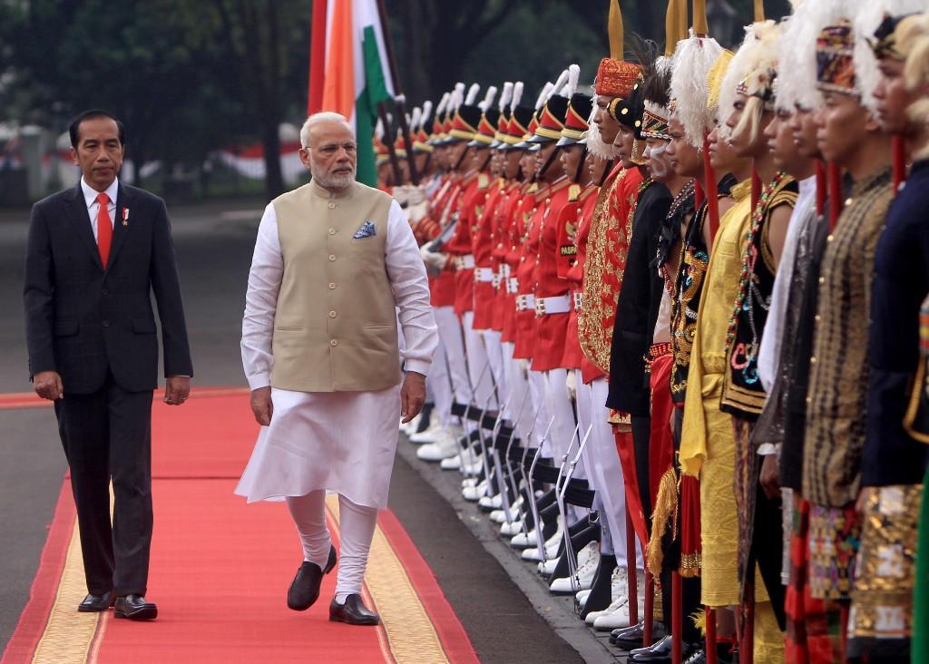 Presiden Joko Widodo (kiri) saat menyambut PM India Narendra Modi. (FOTO: AFP)