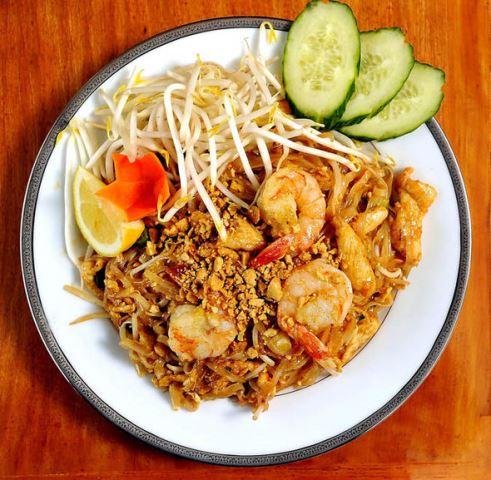 Pada tahun 2011, Pad thai terpilih sebagai makanan terbaik kelima di dunia. Dan membuatnya juga tak sulit. Berikut bahan serta cara membuatnya. (Foto: Courtesy of Express.co.uk)