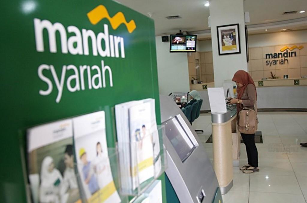Nasabah bertransaksi di Bank Syariah Mandiri, Jakarta (MI/PANCA SYURKANI)