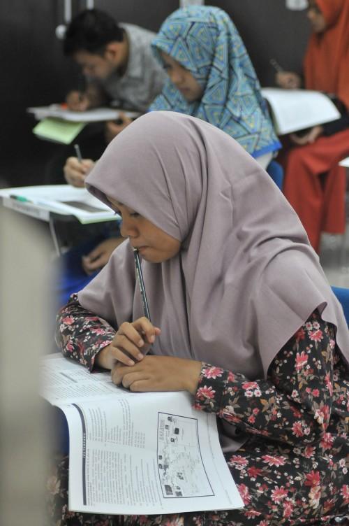 Sejumlah peserta mengikuti Ujian Masuk Perguruan Tinggi