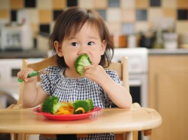 Cara Efektif agar Anak Mau Makan Sayuran Hijau