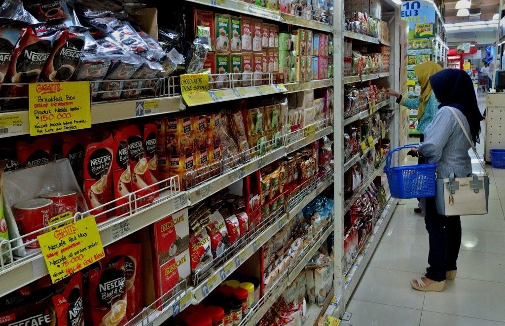 Ilustrasi: Calon konsumen berbelanja di salah satu pusat perbelanjaan di Semarang, Jawa Tengah. Foto: Antara/R Rekotomo.