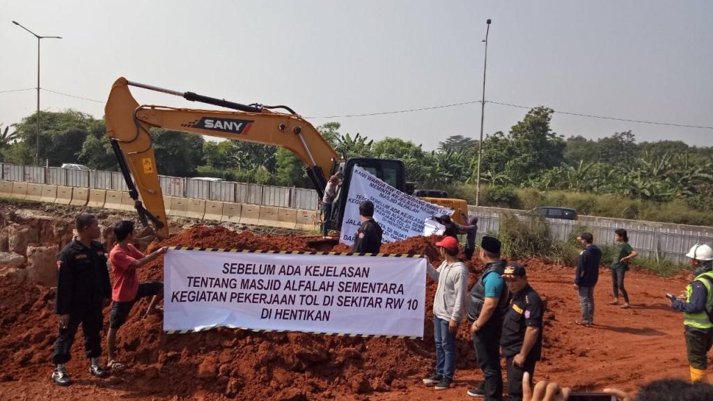 Demo warga RW 10, kampung Rawa Lele, kelurahan Jombang, kecamatan Ciputat, Tangerang Selatan, diatas tanah masjid Al Falah, yang belum diganti rugi, Kamis 31 Mei 2018.  (Medcom.id/Farhan D)