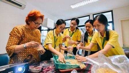 Mahasiswa dari Saint Louis College (SLC) Bangkok praktik membuat tempe. Foto: Dok. UKWMS
