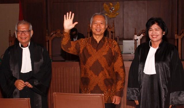 Antonius Tonny Budiono (tengah) seusai menjalani sidang putusan di Pengadilan Tipikor, Jakarta, Kamis (17/5). Foto: MI/Barry Fatahillah