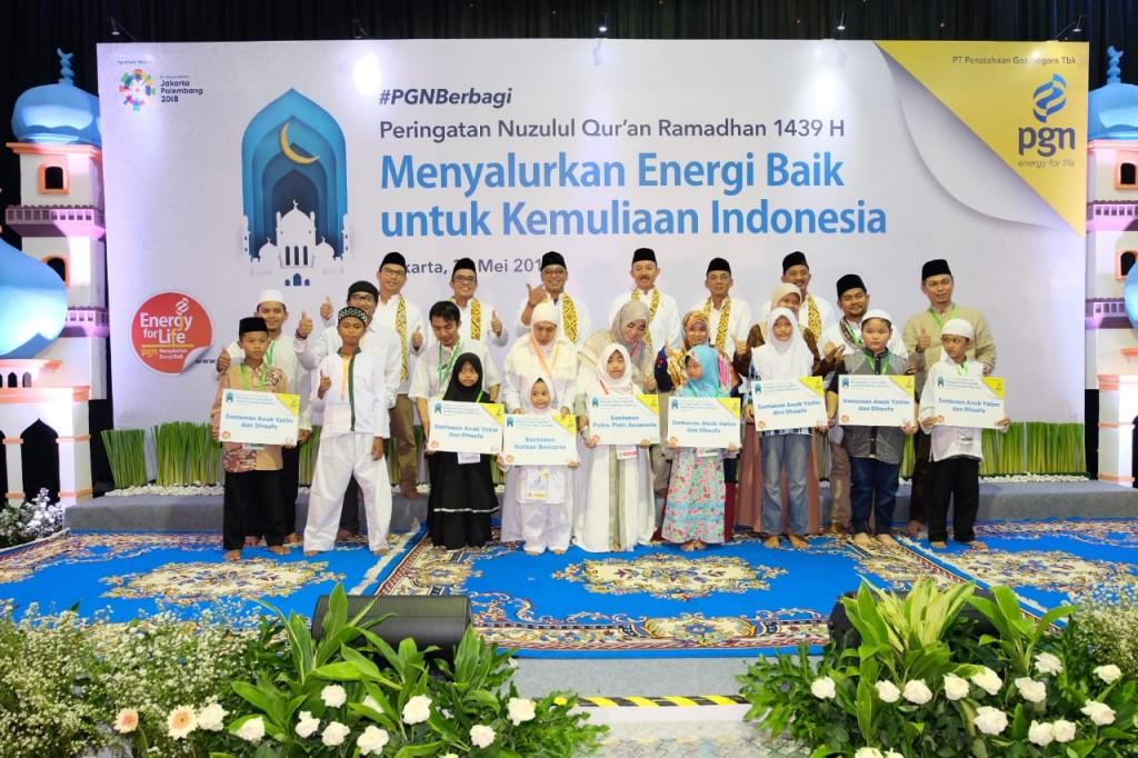 Direksi PGN berfoto bersama anak yatim piatu penerima santunan. Foto: Dok. PGN