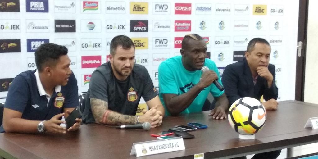 Pelatih Simon McMenemy (kedua dari kiri) (Foto: medcom.id)