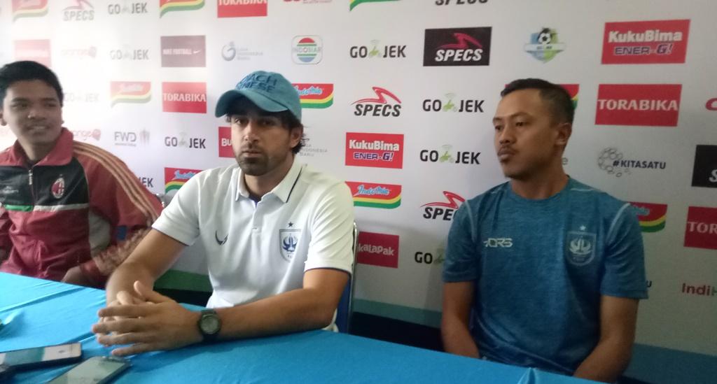 Pelatih PSIS Semarang, Vincenzo Alberto Annese (tengah). (Foto: medcom.id/Daviq Umar)