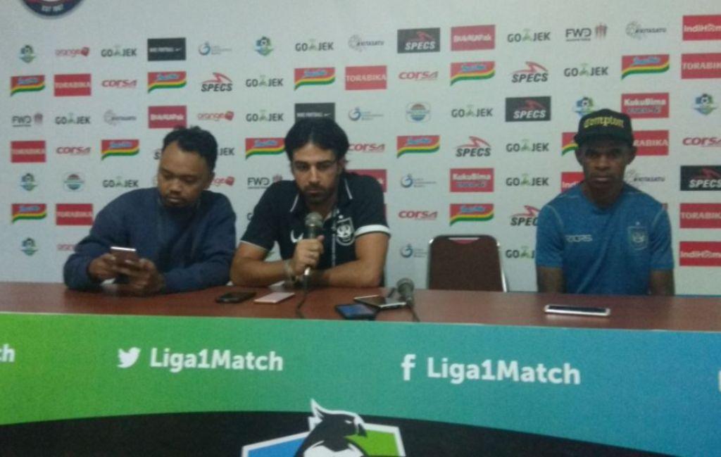 Pelatih PSIS Semarang, Vincenzo Alberto Annese (tengah) di konferensi pers pascalaga Arema kontra PSIS (Foto: Medcom.id/Daviq Umar Al Faruq)