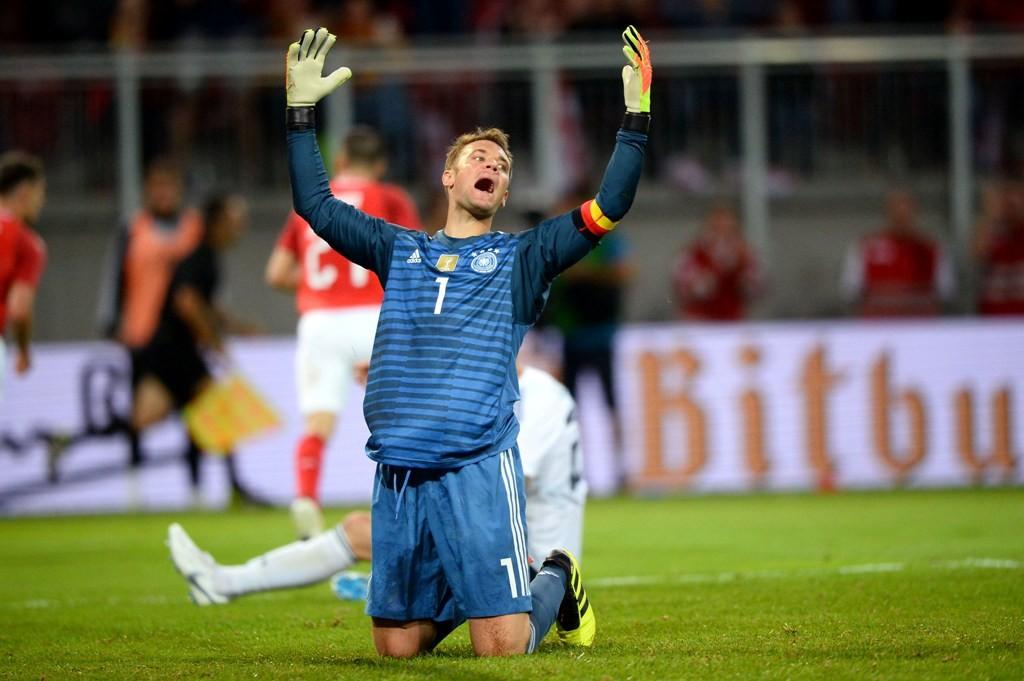 Reaksi Manuel Neuer usai gawangnya dijebol dua kali oleh Austria (Foto: AFP/ VLADIMIR SIMICEK)