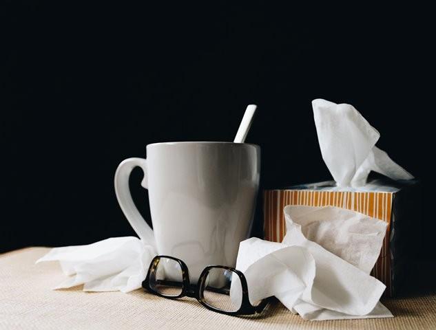Banyak orang tak mengambil izin sakit karena merasa segan untuk tak masuk kerja. Padahal, bila Anda tak mengambil cuti, maka lingkungan sekitar Anda juga bisa tertular penyakit. (Foto: Kelly Sikkema/Unsplash.com)