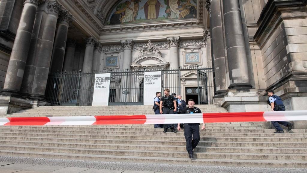 Garis polisi dipasang di Gereja Katedral Berlin, Jerman, 3 Juni 2018. (Foto: AFP/PAUL ZINKEN)